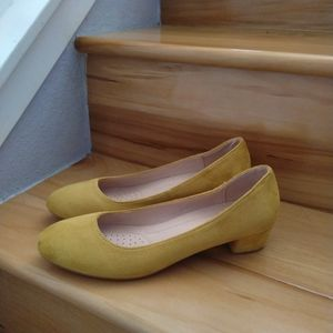 Forever yellow pumps size 8